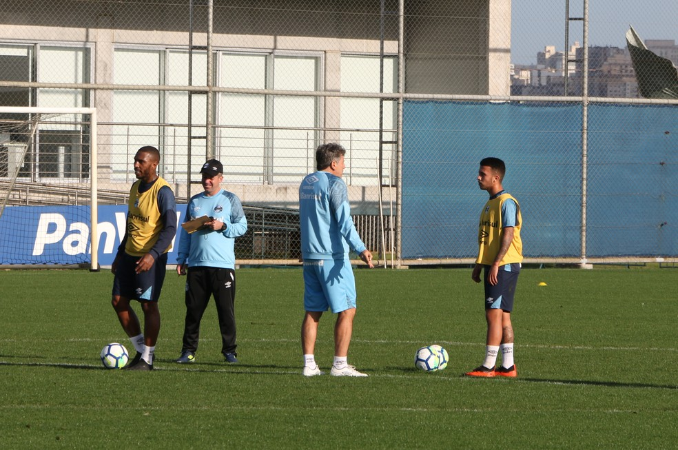 Renato dá orientação a Matheus em treino de terça (Foto: Eduardo Moura)