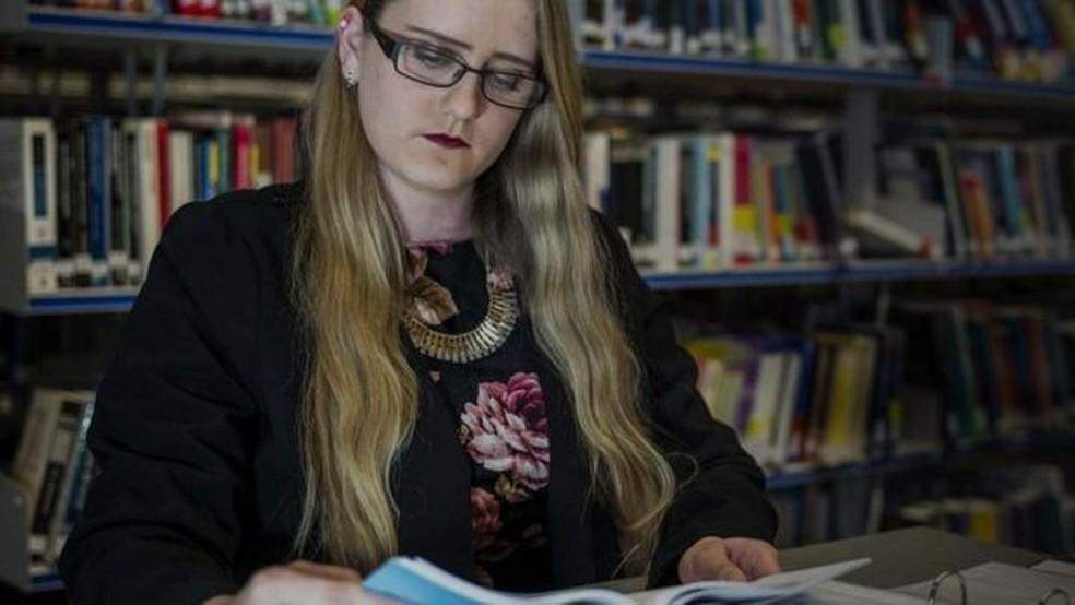 'Durante o meu estágio, meu mentor identificou alguns aspectos de autismo no meu comportamento - eu às vezes entendia as coisas muito literalmente ou sentava sozinha na sala de funcionários, sem socializar com ninguém', conta Sophie (Foto: BBC)