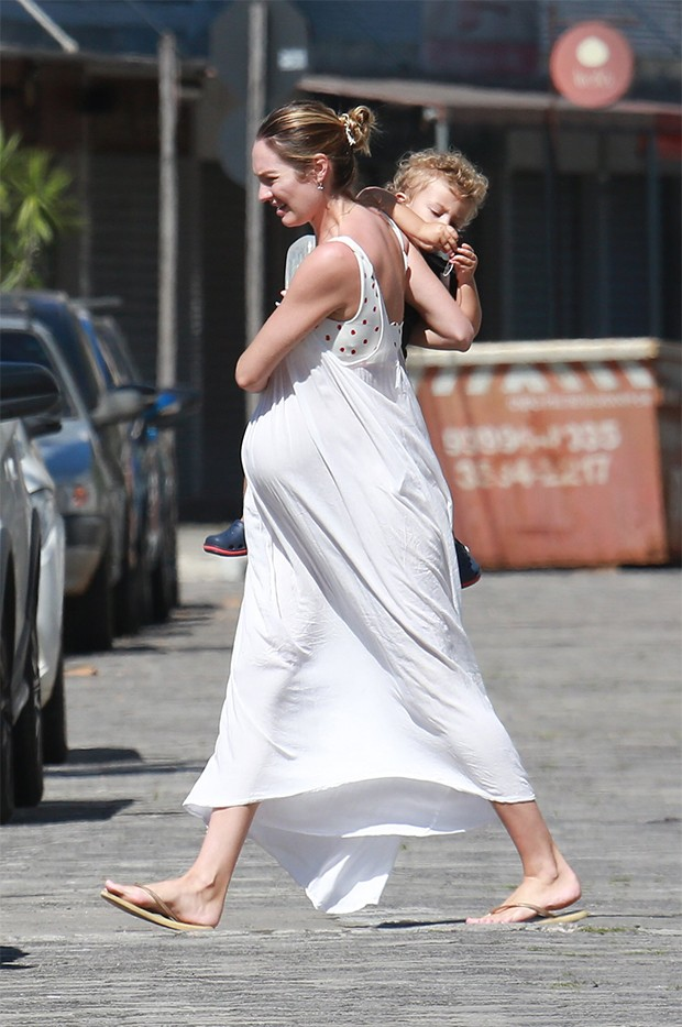 Grávida, Candice Swanepoel passeia com filho em praia de Vitória, Espírito Santo  (Foto: Dilson Silva/ AgNews)