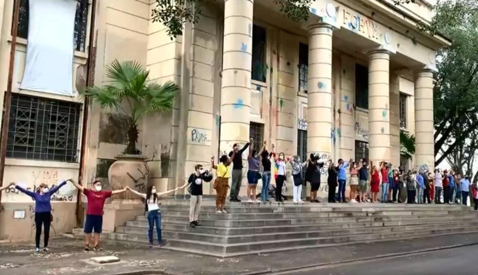 Com abraço simbólico, artistas protestaram contra venda do prédio do Fórum Velho em Sorocaba — Foto: Reprodução/TV TEM