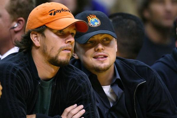 Mark Wahlberg e Leonardo DiCaprio durante um jogo de basquete (Foto: Getty Images)
