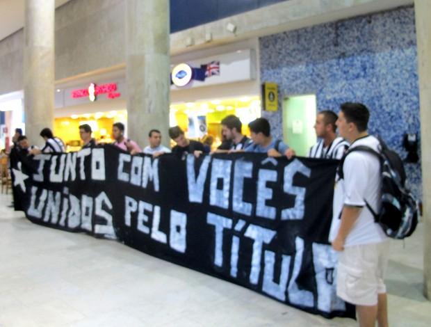torcida botafogo desembarque (Foto: Thales Soares)