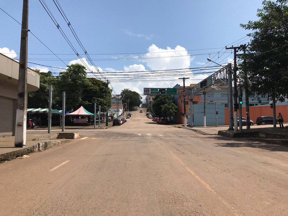 PORTO VELHO - Avenida Rogério Weber vazia, por volta de 12h, desta quinta-feira (26). — Foto: Ana Kézia Gomes/G1