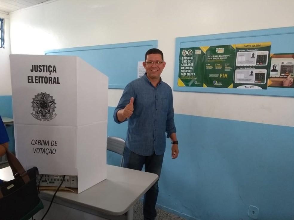 Eleições 2018 em RO - Candidato Coronel Marcos Rocha (PSL) votou no Colégio Tiradentes — Foto: Jheniffer Núbia/G1