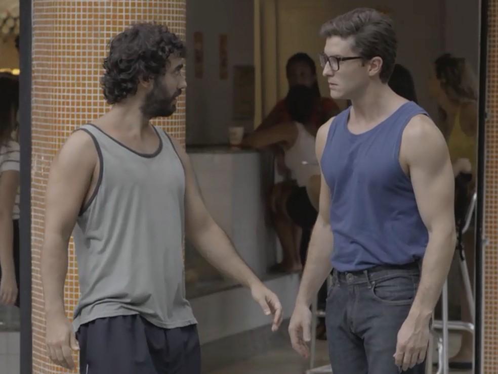 Galdino (Gabriel Godoy) tenta enrolar Patrick (Klebber Toledo), mas não consegue  — Foto: TV Globo