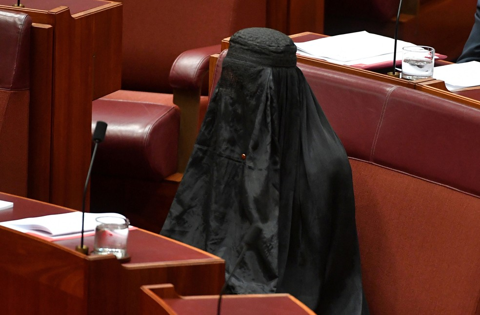 Senadora Pauline Hanson vestiu burca durante sessão do parlamento da Austrália, nesta quinta-feira (17)  (Foto: Mick Tsikas/ Reuters)