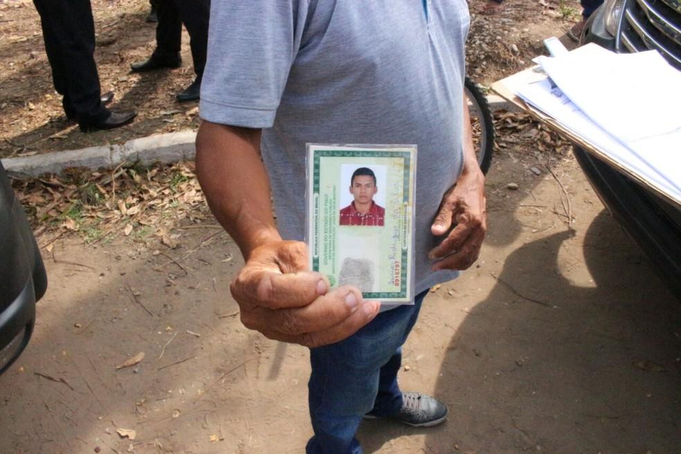 Familiares suspeitam que jovem foi morto por policiais militares (Foto: Junior Feitosa/ G1)