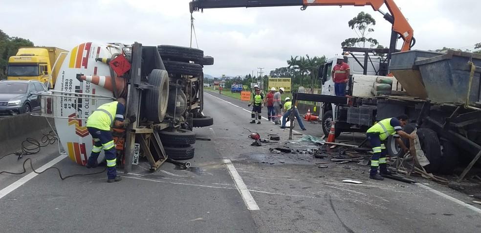 Caminhões colidiram na BR-101 em Barra Velha SC — Foto: Autopista Litoral Sul/Divulgação