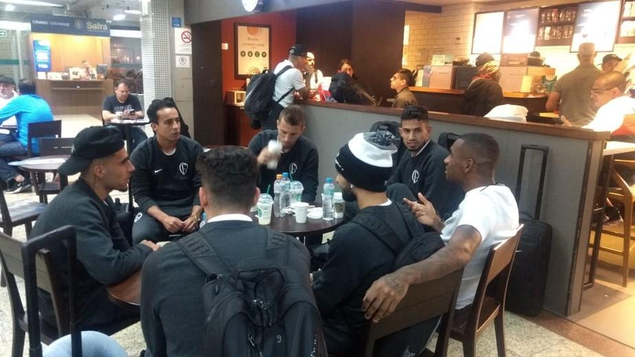 Em voo fretado e com local de treino definido, Corinthians embarca à Venezuela