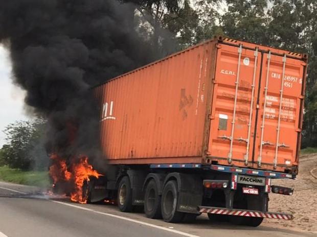 Caminhão estava carregado de madeira, segundo os bombeiros (Foto: Arquivo pessoal/J.Serafim)