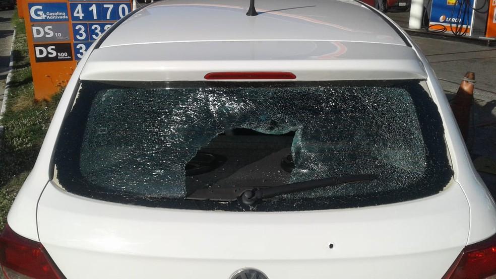 Carro ficou cheio de perfurações após troca de tiros entre suspeitos e policiais (Foto: Tiago Ferreira/ TV Bahia)