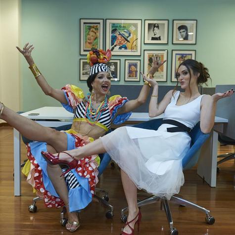Isabelle Drummond com Izlene Cristina, conhecida como a sósia de Carmen Miranda (Foto: Selmy Yassuda)
