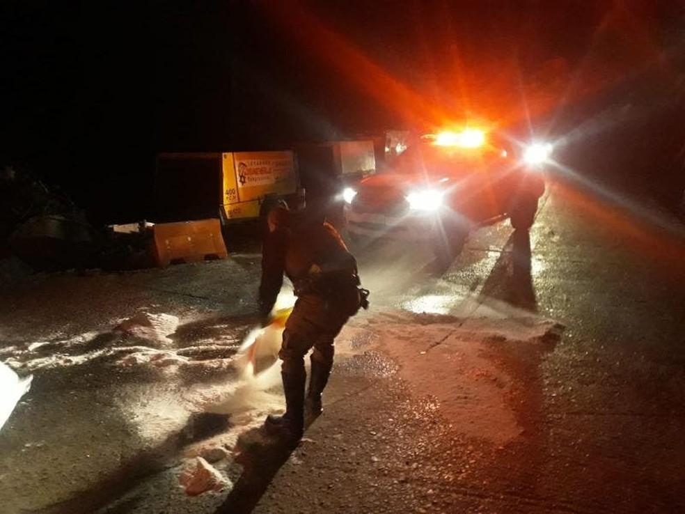 Sal foi jogado sobre a rodovia após congelamento  — Foto: PMRv/Divulgação