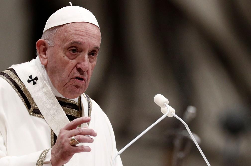 Papa Francisco celebra missa na véspera de Natal na Basílica de São Pedro, no Vaticano — Foto:  Reuters/Guglielmo Mangiapane