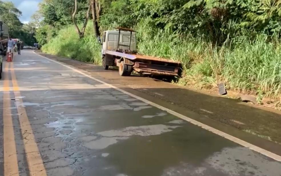 Motorista do caminhão guincho não estava alcoolizado, diz PRF — Foto: Reprodução/TV Anhanguera