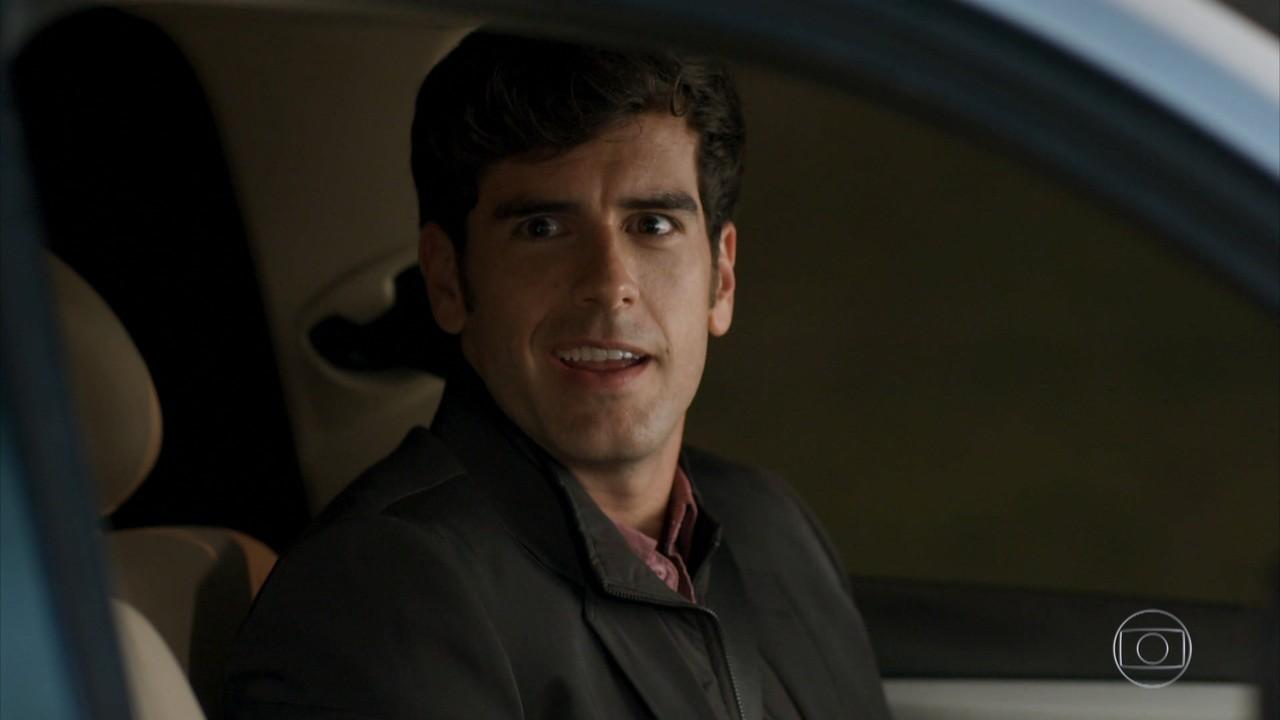 Felipe deixa Carmela em casa e vê Shirlei