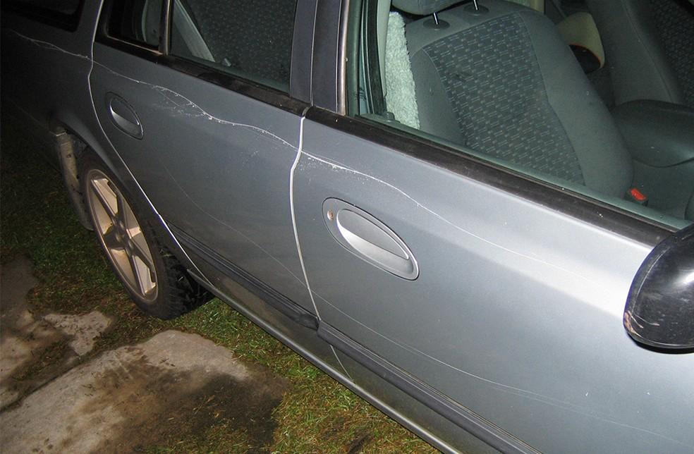 Carro do jovem foi arranhado de fora a fora por parentes da namorada em Pilar, distrito de Patos de Minas — Foto: TJMG/Divulgação