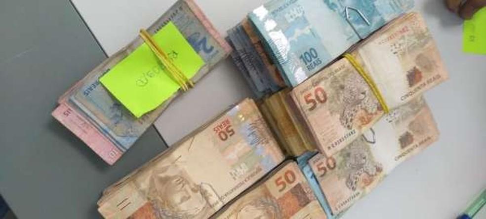 O suspeito não informou a origem dos mais de R$ 20 mil encontrados no apartamento dele — Foto: Divulgação/Polícia Civil
