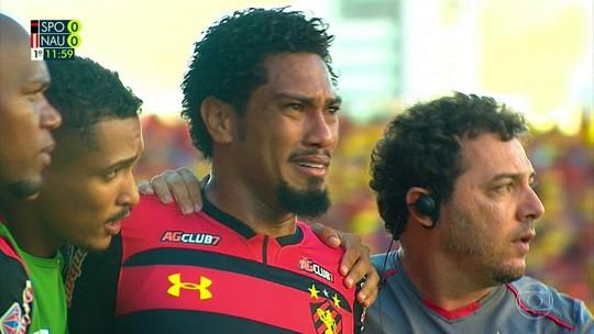 Expulso na final do Pernambucano, Hernane Brocador deixa campo chorando