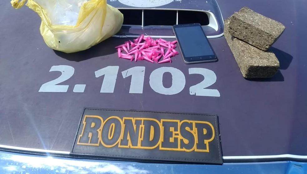 Suspeito foi flagrado carregando sacola com drogas em Salvador — Foto: Divulgação/SSP-BA