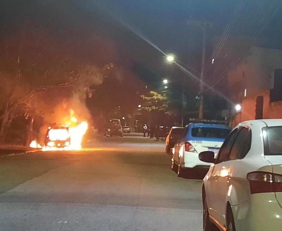 Carro de instalador de internet incendiado em Resende — Foto: Redes Sociais