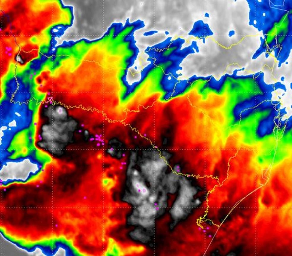 Imagem do satélite registra passagem de tornado por SC — Foto: Defesa Civil/Reprodução