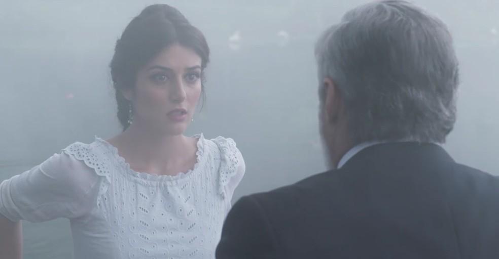 Tibúrcio começa a contar a história sobre o desaparecimento de Josephine e Cecília fica em pânico  (Foto: TV Globo)