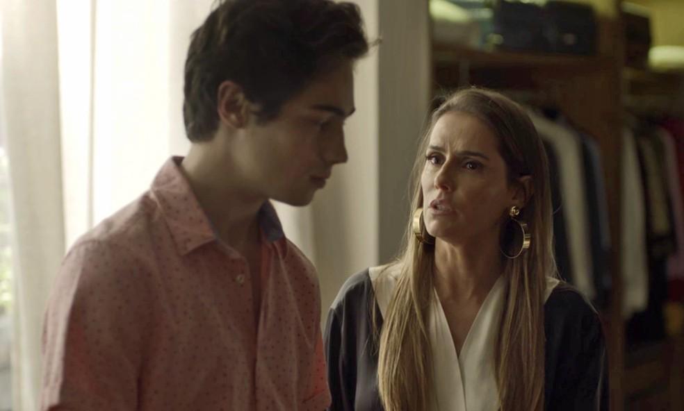 A perua garante ao filho que não vai se separar do músico (Foto: TV Globo)