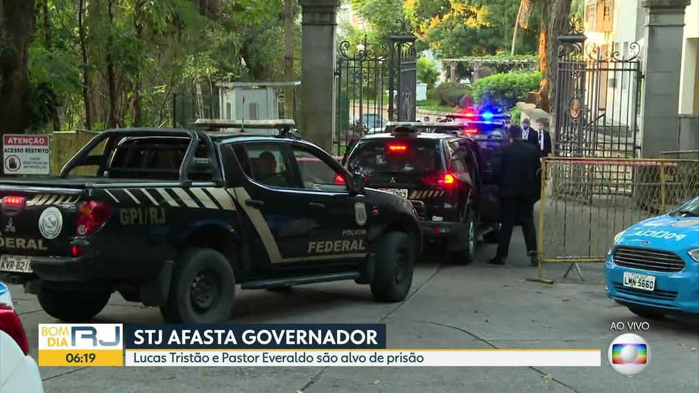 Viaturas da PF na porta do Palácio Laranjeiras — Foto: Reprodução/TV Globo