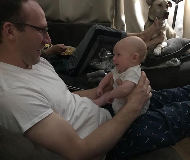 Dave e o filho William brincando no sofá (Foto: Reprodução/Facebook)