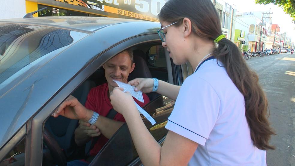Pulseiras germináveis foram distribuídas para motoristas — Foto: Ricardo Araújo/Rede Amazônica