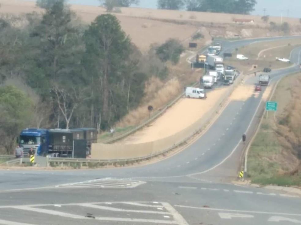 Carreta tomba e interdita trecho de rodovia em Angatuba — Foto: João Vitor Orsi/Arquivo pessoal