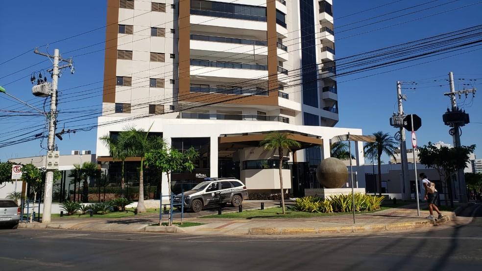 Polícia recolheu imagens das câmeras de segurança e celulares da família em Cuiabá — Foto: Ianara Garcia/TVCA