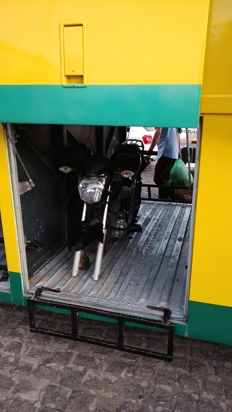 Ônibus flagrado pela fiscalização da ANTT em Alagoas levava um motocicleta no bagageiro — Foto: ANTT
