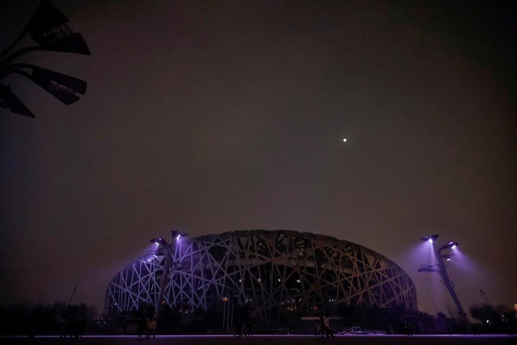 Luzes do Estádio Nacional de Pequim (China), o Ninho do Pássaro, apagadas para a Hora do Planeta 2021 neste sábado (27) — Foto: Thomas Peter/Reuters