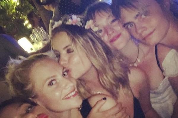 A atriz e modelo Ashley Benson com a atriz e modelo Cara Delevingne em uma festa com amigos (Foto: Instagram)