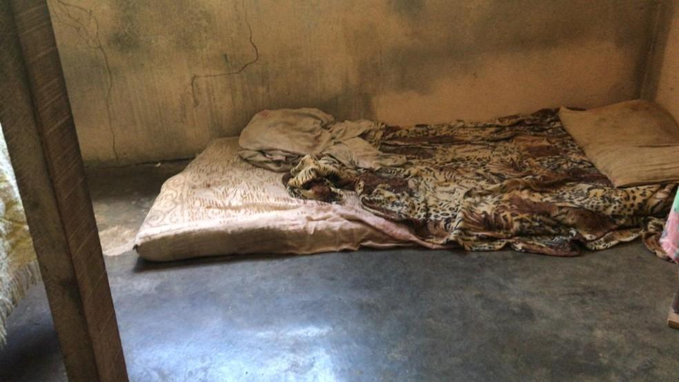 Local onde a criança dormia — Foto: Isabelle Magalhães/TV Rio Sul