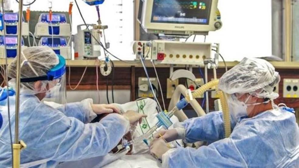 Estudiosos identificaram casos de pacientes com problemas graves nos pulmões, mas nenhuma falta de ar — Foto: SILVIO AVILA/AFP
