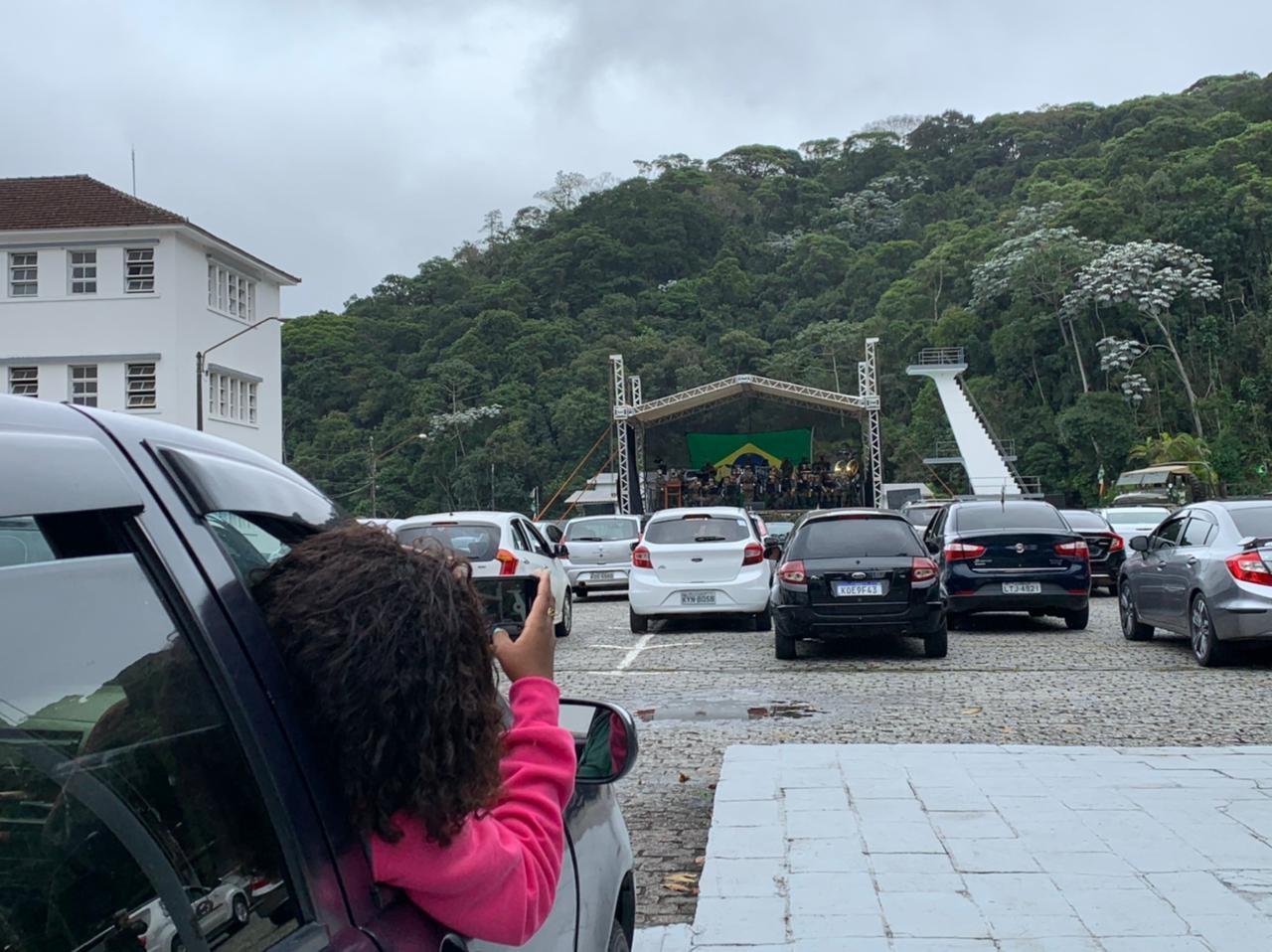 Batalhão do Exército de Petrópolis encerra campanha solidária com apresentação de banda em evento drive-in