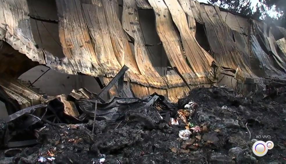 Bombeiros controlaram chamas em galpão na cidade de Jarinu (SP) — Foto: Reprodução/TV TEM