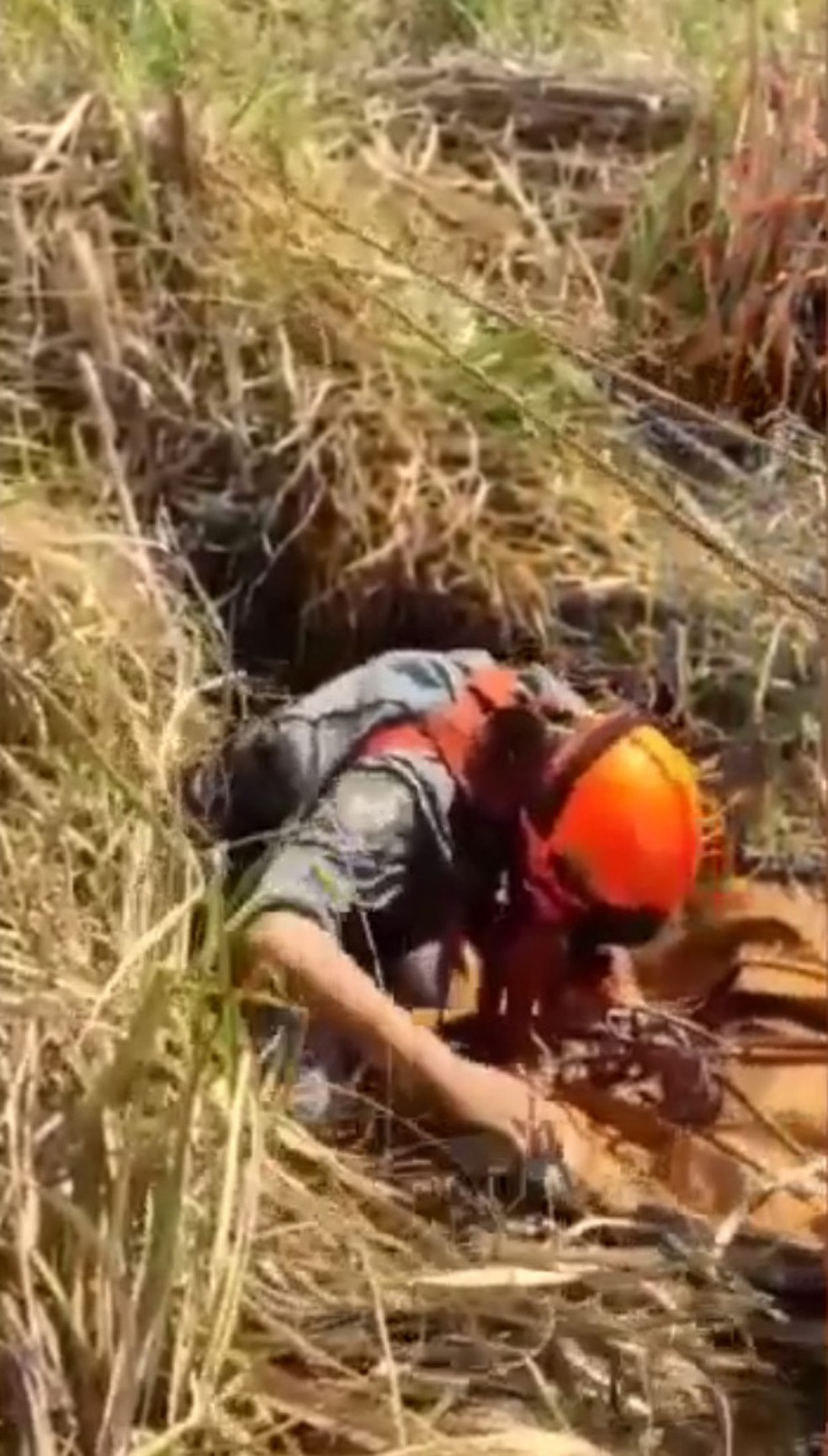 Idoso caiu em buraco de 13 metros de profundidade e foi resgatado por bombeiros e policiais — Foto: Corpo de Bombeiros/Polícia Militar