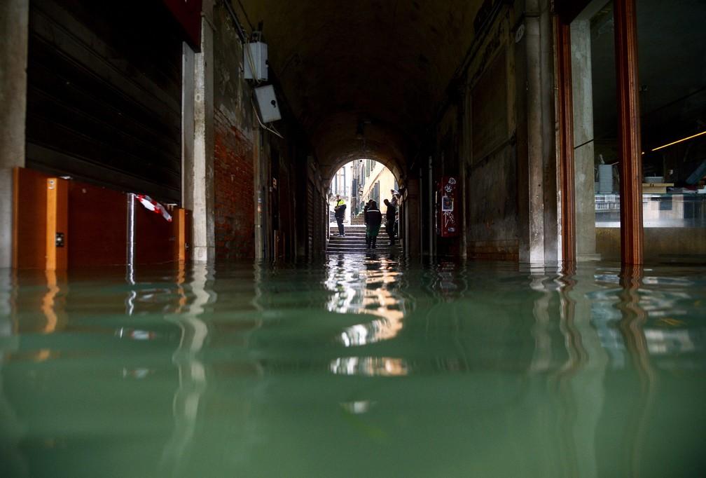Inundação atinge beco em Veneza, na Itália, nesta sexta-feira (15)  — Foto: Filippo Monteforte / AFP