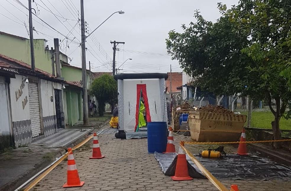 Corredor de isolamento foi construído na rua onde os cilindros foram manipulados — Foto: Bombeiros/Divulgação