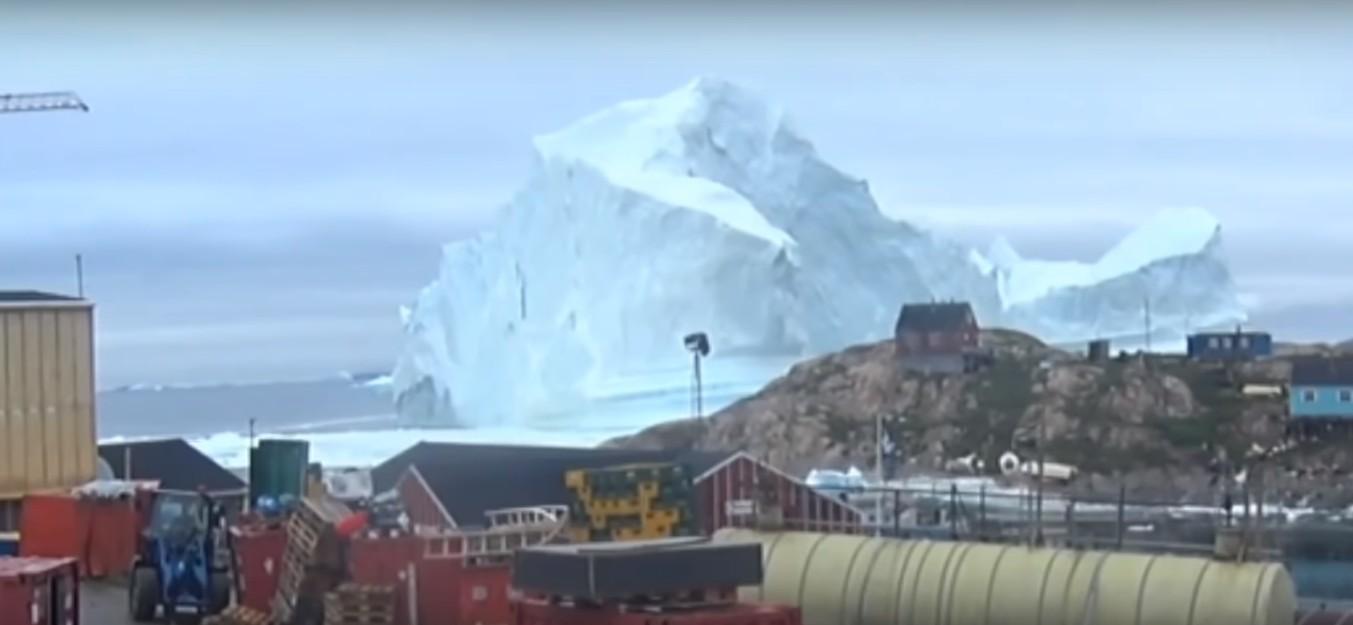 Iceberg se aproxima de vila na Groenlândia (Foto: Reprodução/YouTube)