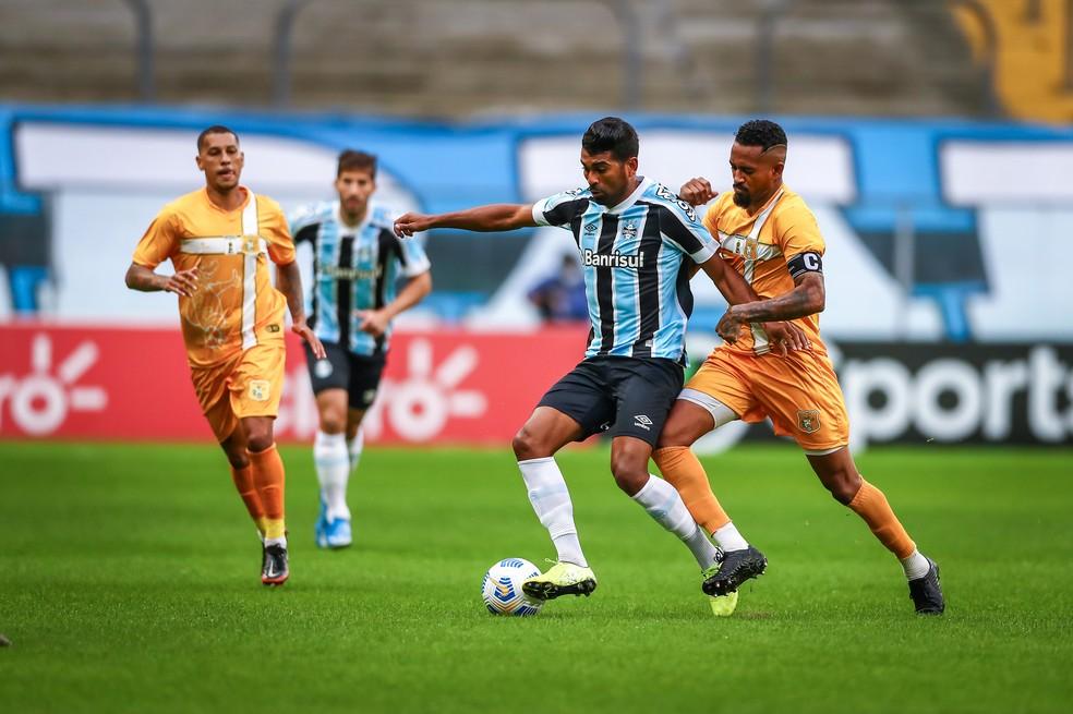 Thiago Santos e Lucas Silva em ação pelo Grêmio — Foto: Lucas Uebel/Grêmio