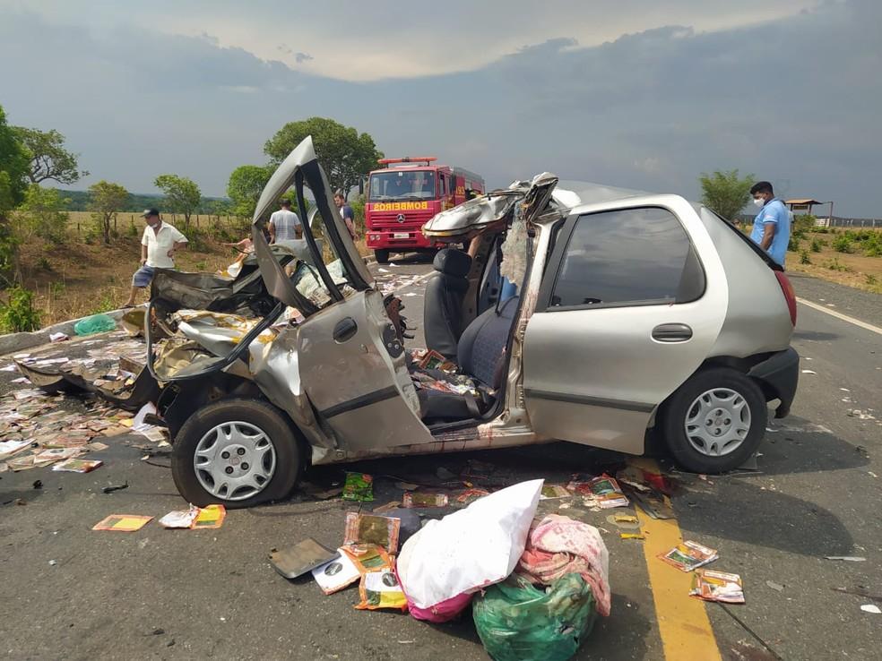 Carro ficou destruído no acidente — Foto: Divulgação