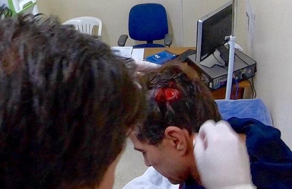 Carlos Burle recebe pontos no hospital — Foto: Reprodução