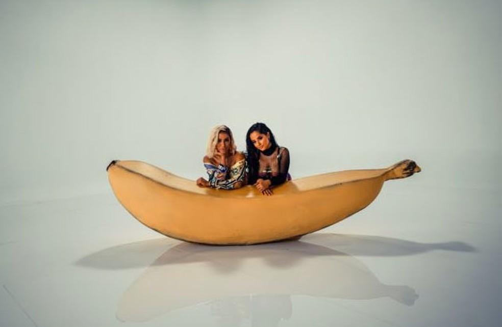 Anitta e Becky G posam juntas em imagem do single 'Banana' — Foto: Divulgação/Warner