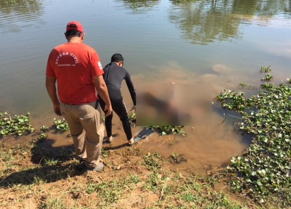 -  Corpo foi resgatado pela Defesa Civil de Cataguases  Foto: Marcelo Lopes/Divulgação