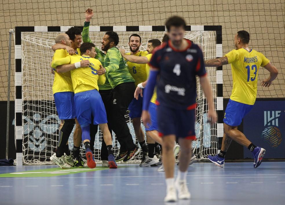 Brasil celebra vitória sobre o Chile no pré-olímpico de handebol — Foto: REUTERS/Stevo Vasiljevic